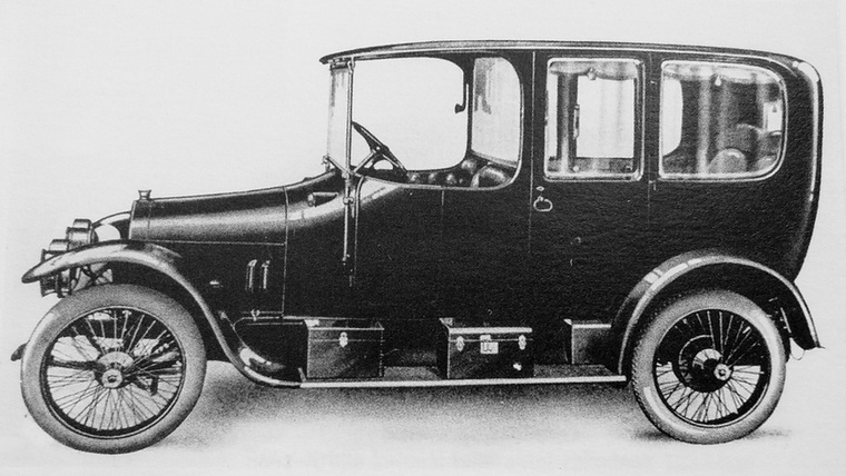 A győri Rába a Csonka-féle autók előállításával kezdett személyautó-készítésbe, majd 1913-tól, a cseh Pragák licence szerinti kisebb Alfa és nagyobb Grand kocsikat tervezte előállítani, de a háború miatt csak az utóbbiból lett kézzelfogható autó