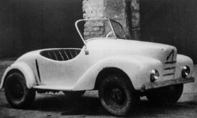 A neves szakíró és könyvszerző, Surányi Endre szintén 1946-ban készített egy apró, nyitott autócskát, amelybe azonban nem lehetett rendesen beférni, tehát rá egy évre egy nagyobb, de még mindig rettentő szűk, hasonló törpét állított elő
