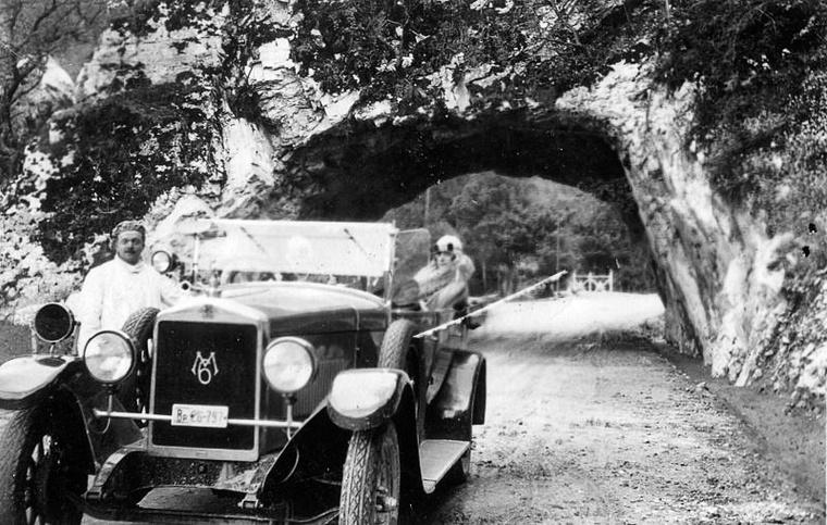 1928-tól hathengeres, 2,1 literes, 40 lóerős motorral hajtott túraautókat, majd kétüléses sportkocsit is készített a MÁG Magosix néven