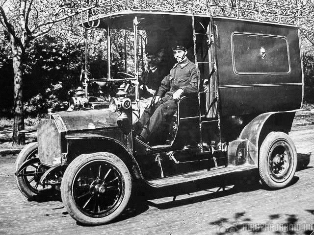 Csonka első, négykerekű postaautója 1905 májusában indult útjára (elérhette a szédületes, 36 km/h-s sebességet, de üzemi tempója 25 km/h volt), egy évvel később 15 ilyet rendelt még a posta