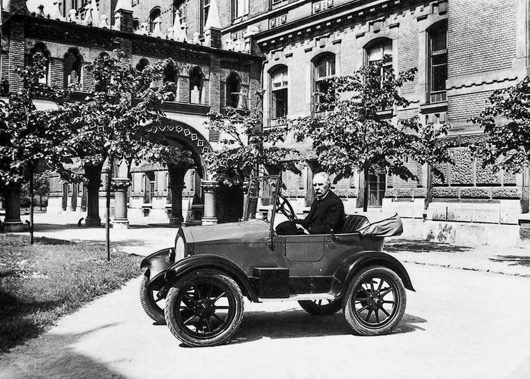 Csonka 1908-ban magának is készített egy kisméretű, 1,1 literes négyhengeres, nyolc lóerős kisautót, amit utána évekig használt – ez szerepel a képen, készítőjével a volán mögött