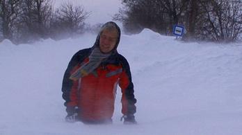 Derékig a hóban