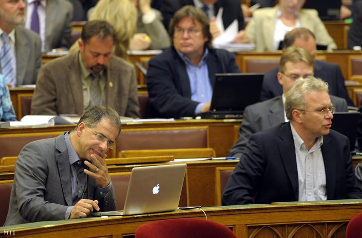2010. június 7. Kósa Lajos a Fidesz ügyvezetõ alelnöke (b) az Országgyûlés plenáris ülésén.