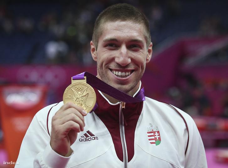 Berki Krisztián az eredményhirdetésen, miután aranyérmet nyert a 2012-es londoni nyári olimpia férfi lólengés versenyszámának döntőjében a North Greenwich csarnokban 2012. augusztus 5-én.