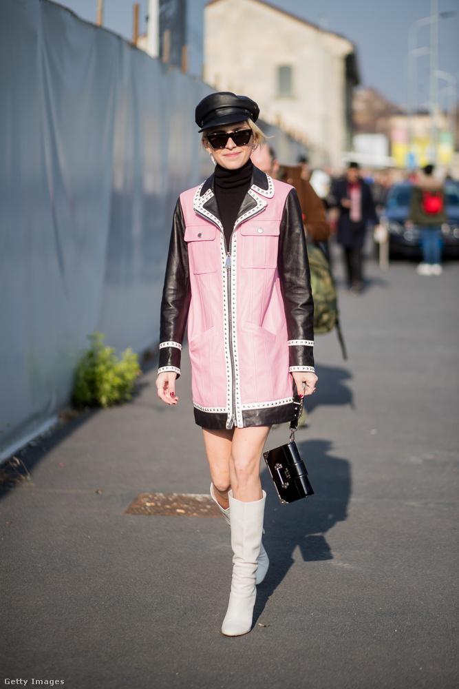 Fekete ujjat kapott rózsaszín kabát fehér csizmával Caroline Dauron Milánóban.