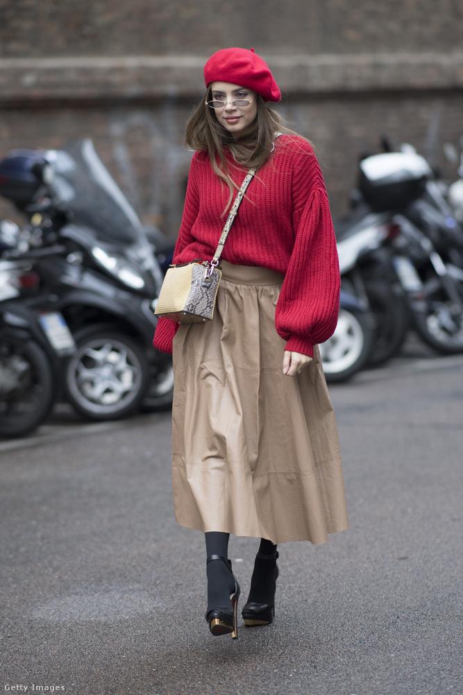 Bézs szoknya, piros pulóverrel és barett sapkával  Xenia Tchoumitcheván Milánóban.