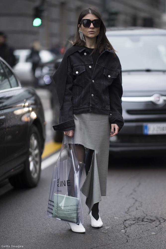 A szezon slágerei egy fotón, vagyis menő az átlátszó műanyag táska,a fehér cipő és a felemás szoknya is.
