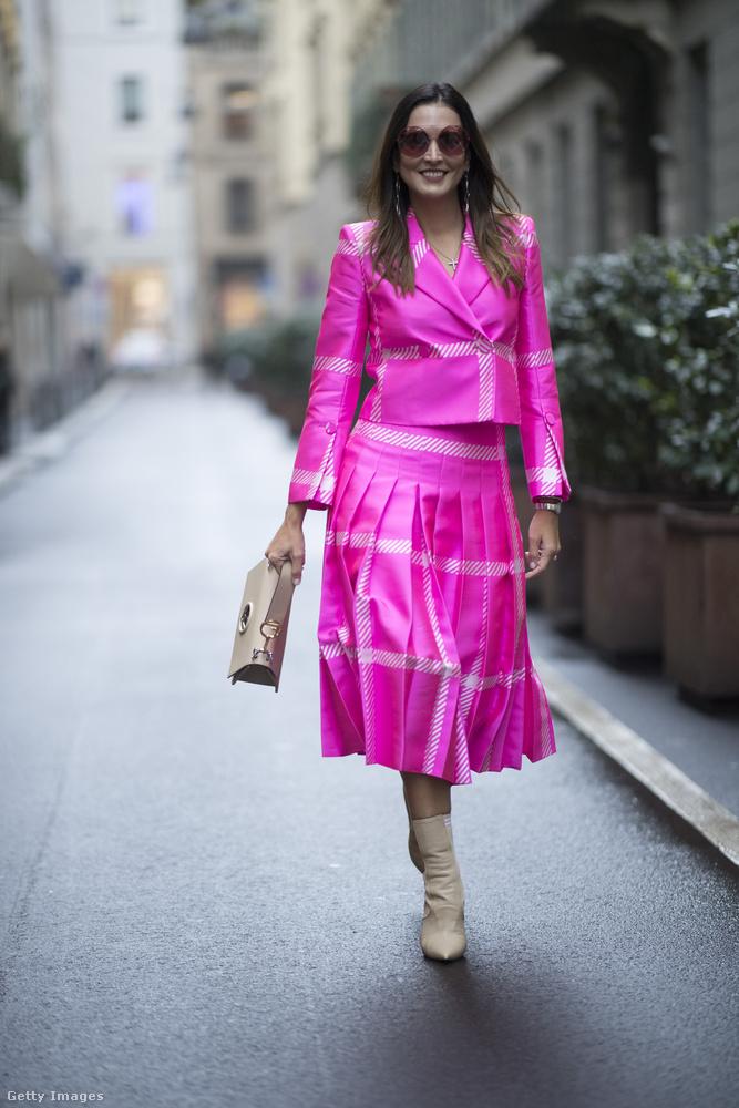 A brazil divatszakember, Monica Almada Milánóban sütötte el a neonrózsaszín kosztümöt.