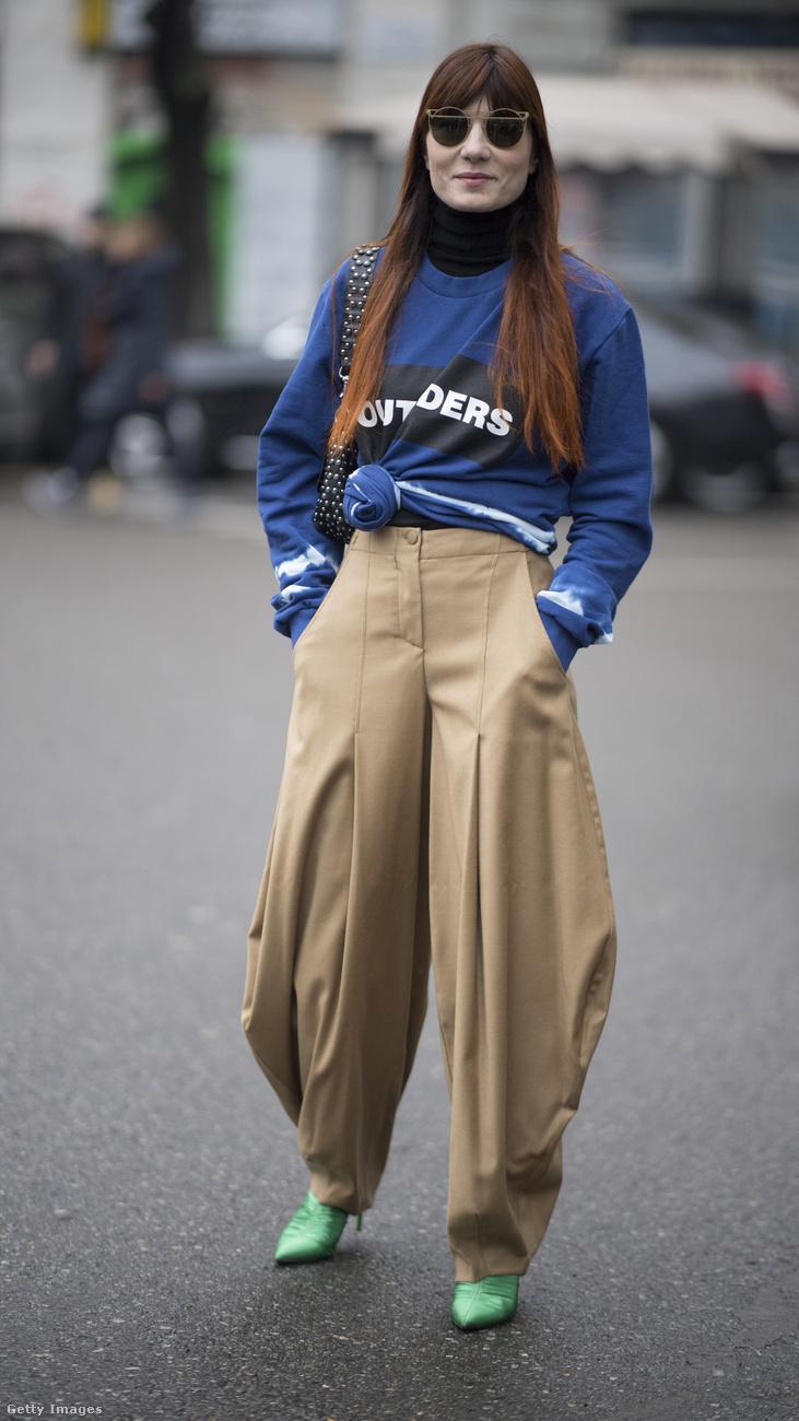 Érdemes beszerezni egy ilyen buggyos nadrágot a szezonban.