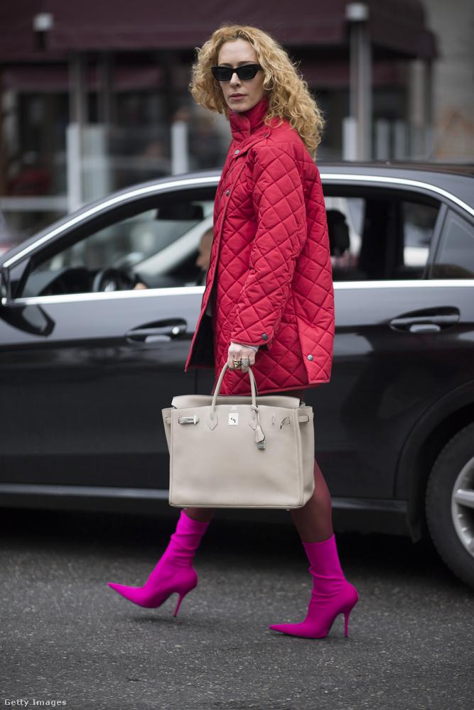 Steppelt kabát neonrózsaszín zokni csizmával Elina Halimin Milánóban.