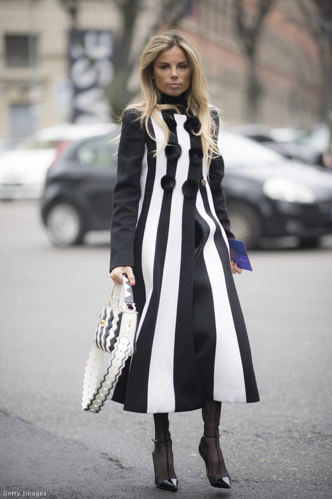 Elegáns fekete-fehér kabát a Vogue művészeti vezetőjén, Erica Pelosinin.