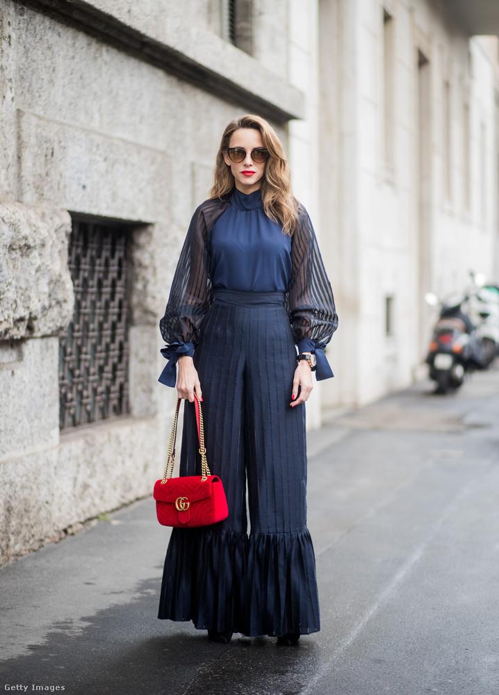 Elegáns sötétkék együttes  és piros Gucci táska Alexandra Lappon Milánóban.