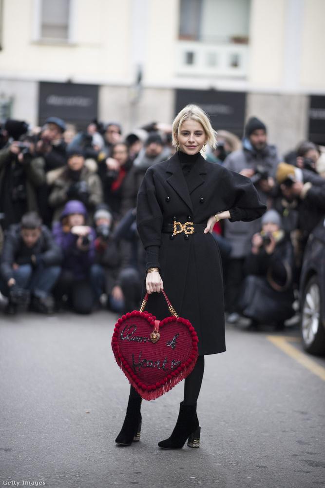 Szívesen látnánk a táska gyűjteményünkben ezt a szív formájú Dolce & Gabbana táskát is.