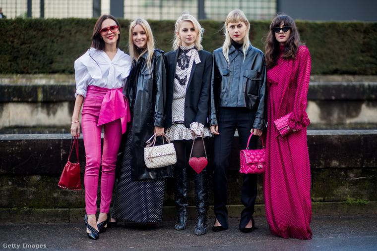 Feketébe és rózsaszínbe öltözött divatrajongók Párizsban.