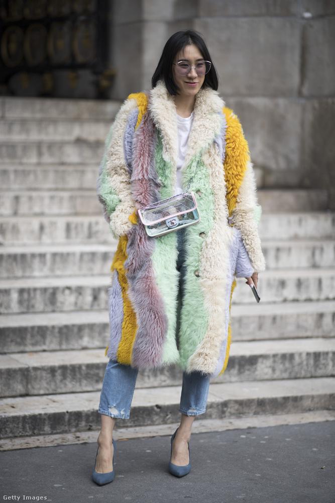 Egy ilyen színes szőrme kabáttal is feldobhatjuk a hétköznapi farmert idén.