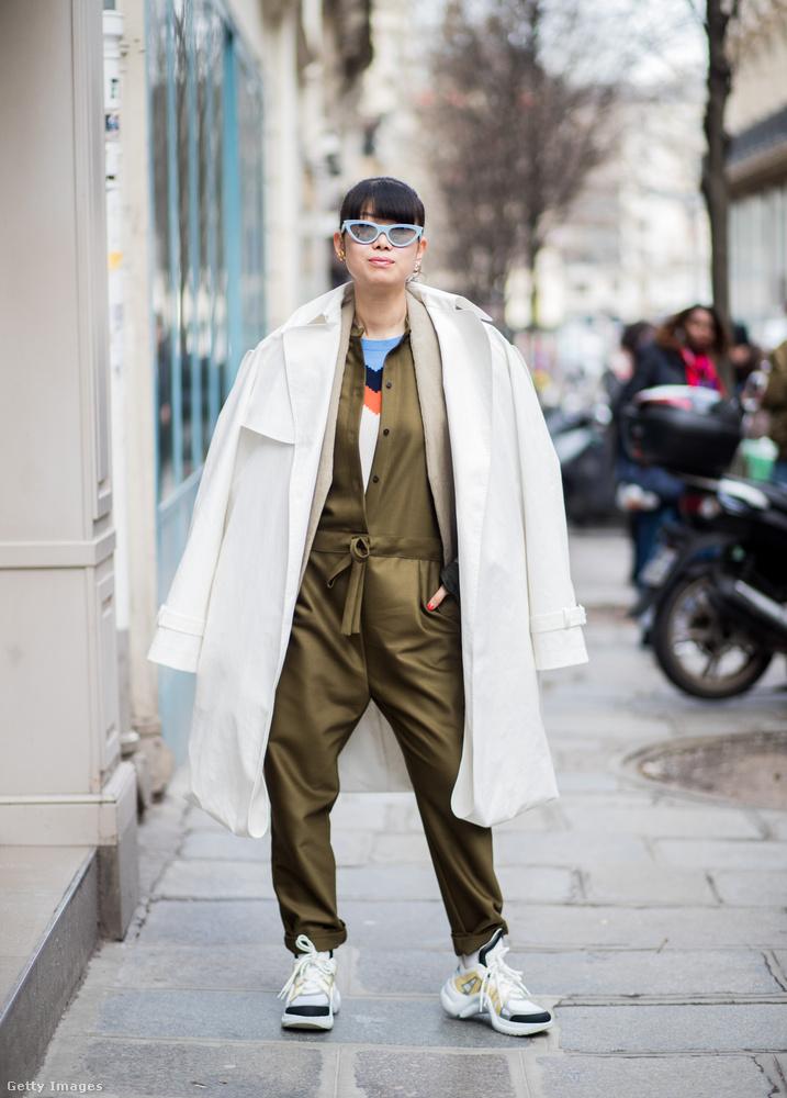 Autószerelős ruhára emlékeztető dizájner kezeslábas gyárilag csúnya cipővel Leaf Greeneren Párizsban.