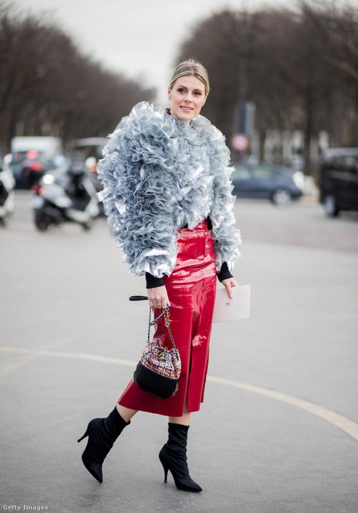 Puffos ujjú tüll Chanel kabát piros lakkbőr ceruza szoknyával Sofie Valkiersen.
