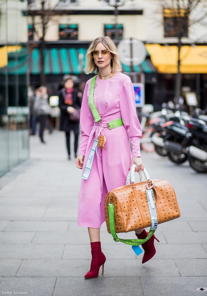 Lisa Hahnbueck neonzölddel és bordóval kombinálta a Barbie rózsaszínt Párizsban.
