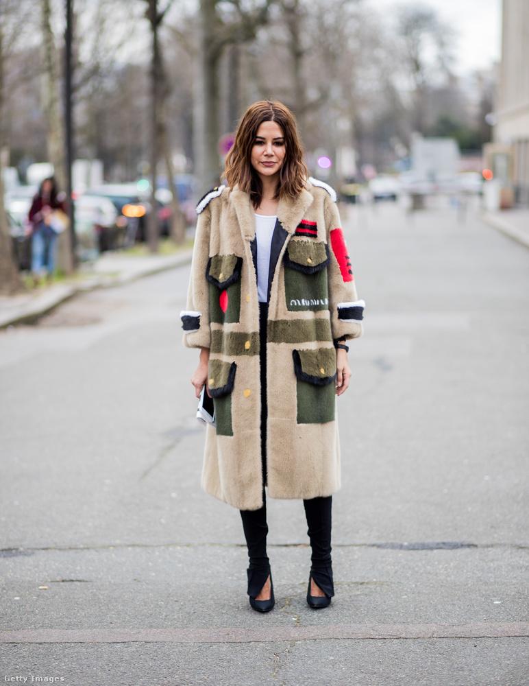 Zsebekkel díszített Miu Miu kabát az ausztrál Vogue szerkesztőjén, Christine Centenerán Párizsban.