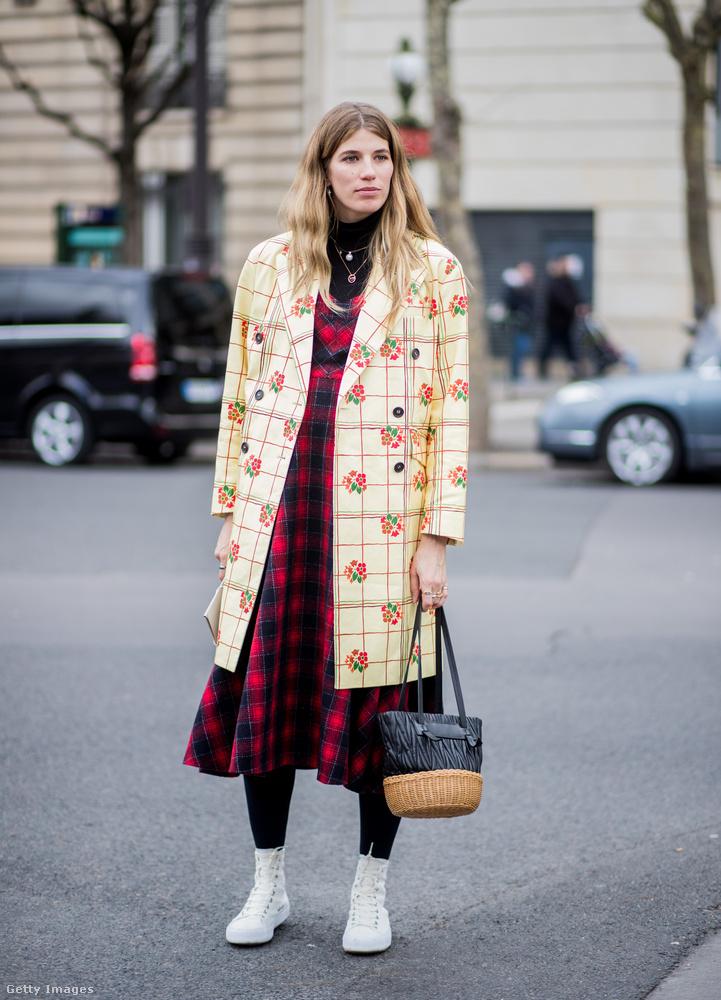 Virágokkal díszített vanília sárga kockás kabát és kockás ruha Veronika Heilbrunneren Párizsban.