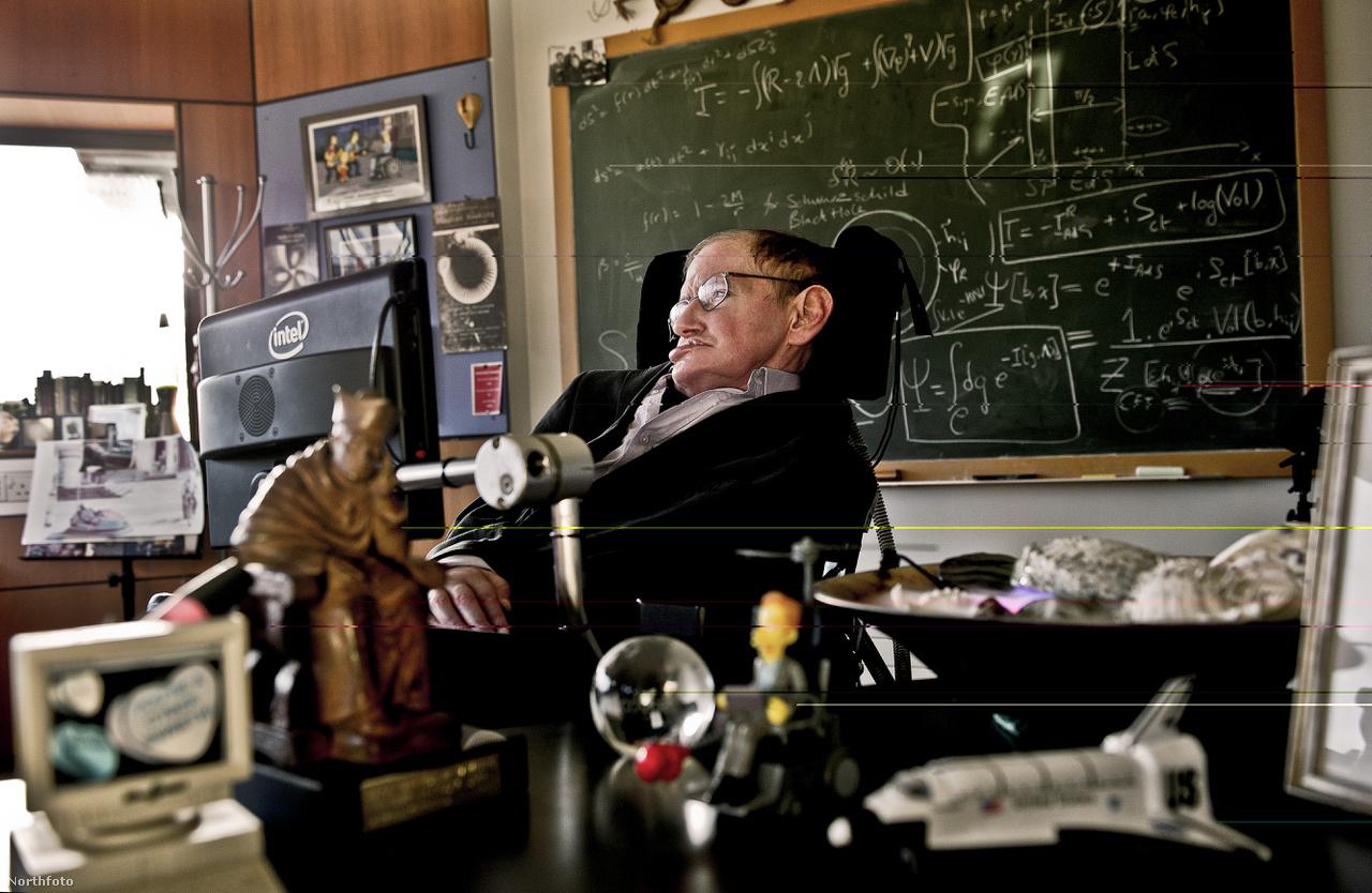Hawkingot pályafutása során a brit tudományos akadémia, a Royal Society tagjává választották, kapott Fizikai Wolf-díjat, Albert Einstein-díjat és a  Brit Birodalom Érdemrendjével is kitüntették. A Nobel-díjat azonban soha nem sikerült kiérdemelnie.