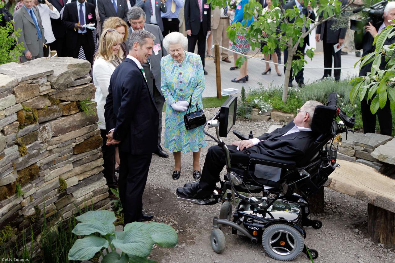 II. Erzsébet királynővel találkozik a brit fizikus 2010-ben.