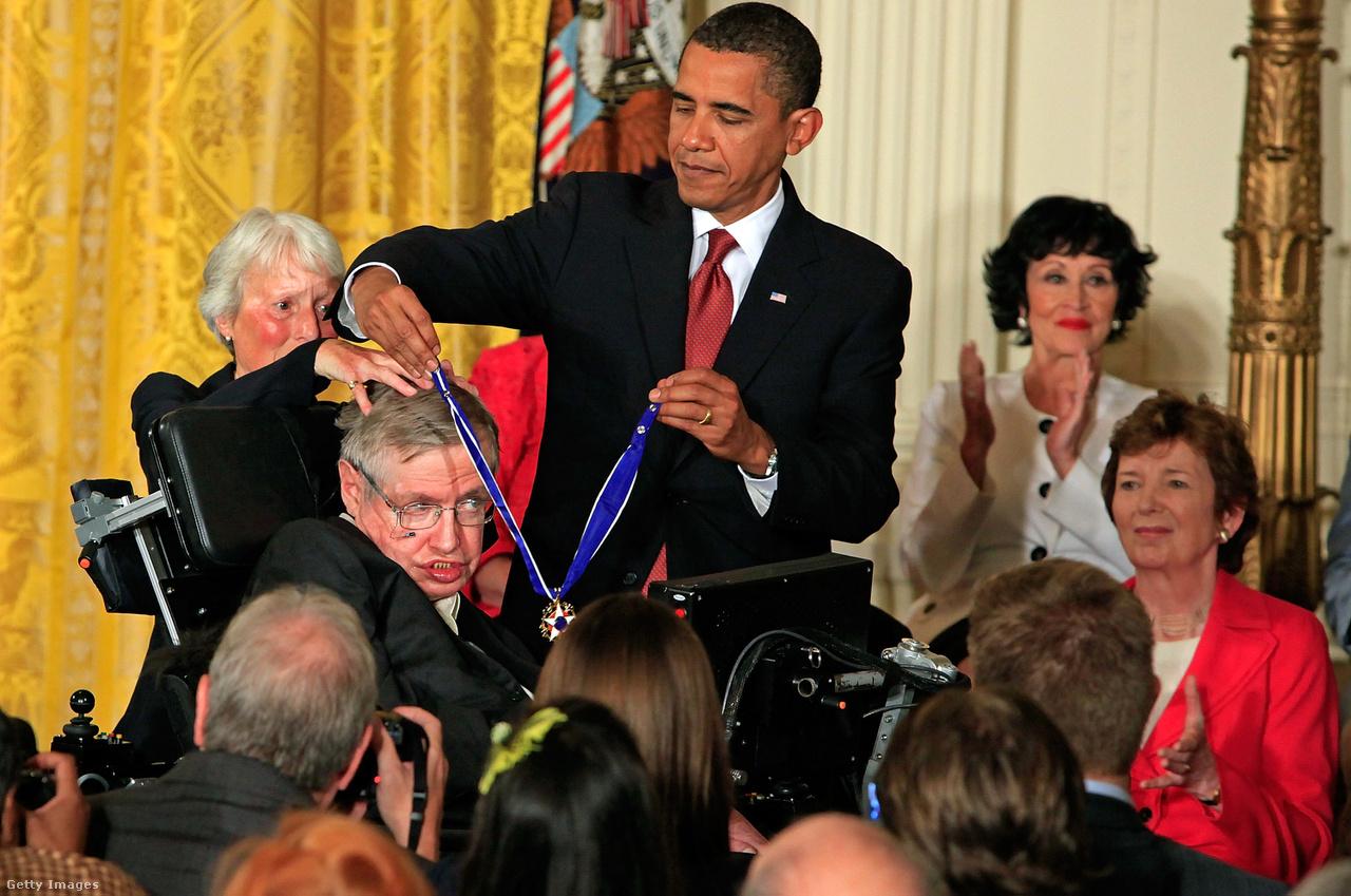 Barack Obama elnök Szabadság-érdemrenddel tünteti ki Stephen Hawkingot.                                                  A brit tudós úgy gondolta, hogy a fekete lyukak elnyelnek minden információt, a sugárzás pedig nem a fekete lyukak belsejéből, hanem mindössze azok eseményhorizontjából származik. Ezzel azonban szembement a kvantummechanika törvényeivel, John Preskill fizikus pedig élesen bírálta ezért. A két tudós ezért nyilvános fogadást kötött arról, hogy a fekete lyukak sugárzása képes-e információkat közölni a rendszerről, vagy sem.
