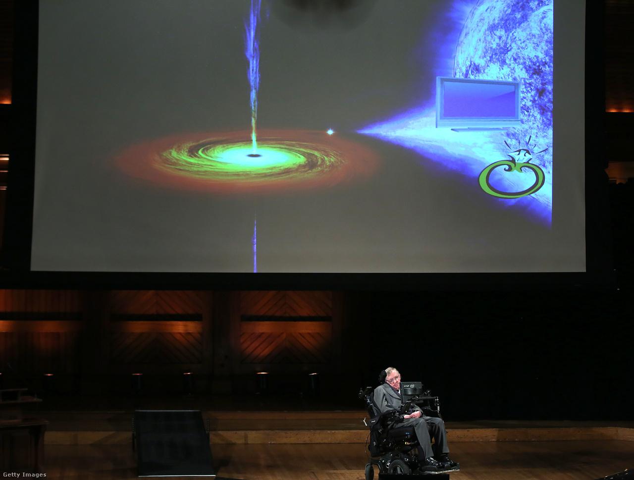 Stephen Hawking, ahogy a Harvardon tart előadást 2016-ban.                                                                           Maga Hawking is elismerte, hogy ismertsége és népszerűsége nem feltétlenül a tudományos sikereinek, hanem sokkal inkább a betegségének köszönhető. Az utóbbi 10-15 éve már sokkal inkább a tudóscelebségéről szólt, mintsem a tudományos eredményeiről és teljesítményéről.