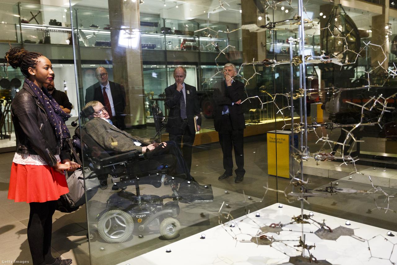 Hawking a világ legnagyobb tudományos múzeumában, a londoni Science Museumban.                                                  Bár vitathatatlanul zseniális elme volt, az elméletei gyakran bizonyíthatatlanok (vagy egyenesen tévesek) voltak, és sokkal inkább tűntek tudományos fantasztikumnak, mint valós problémák megoldásainak.