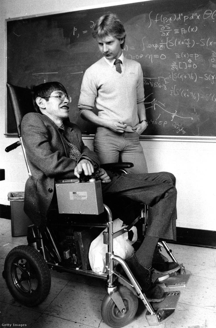 Stephen Hawking 1942. január 8-án született Oxfordban, a zseniális fizikus és csillagász, Galileo Galilei halálának 300. évfordulóján. Erre a tényre mindig is büszke volt, ahogy vélhetően arra is az lenne, hogy Albert Einstein születésnapján (és egyben a Pi-napon) hagyta itt az élők világát.