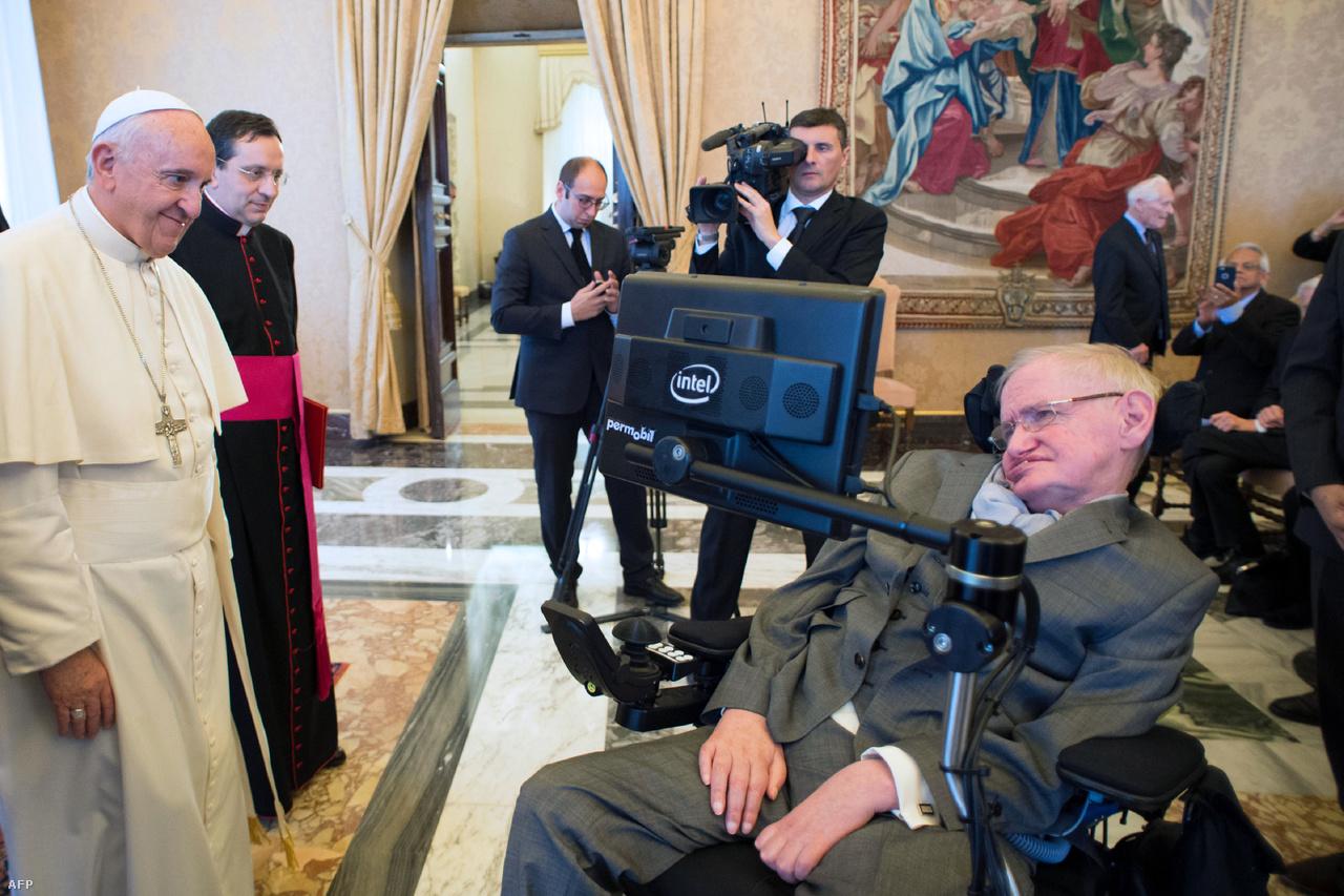 A világírű fizikus találkozik Ferenc pápával 2016-ban.                                                                            A hírnévnek azonban megvolt a maga haszna, Hawking pedig mindent kihozott az őt körülövező felhajtásból. Ismeretterjesztő könyveket írt, előadásokat tartott, dokumentum filmeket készített: gyakorlatilag felbecsülhetetlen az a pozitív hatás, amit tudomány népszerűsítésével elért.