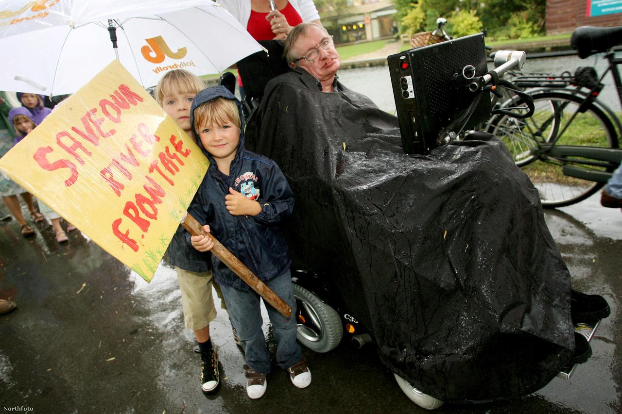 Hawking professzor a Hilton Doubletree Hotel tervezett bővítése ellen tüntet.