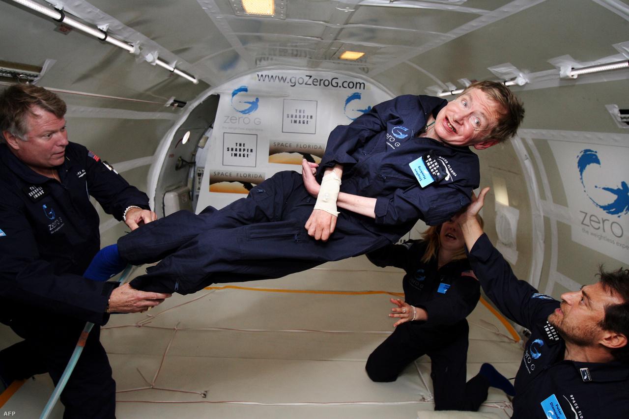 A 65 éves Stephen Hawking kipróbálja a zéró gravitációt.                                                   Tudományos elismertséget és világhírt egy 1974-es tanulmány hozott neki, amikor is feltételezte, hogy a fekete lyukak is energiát sugároznak ki. A megfigyelések által eddig még nem igazolt jelenséget Hawking-sugárzásnak nevezték el.