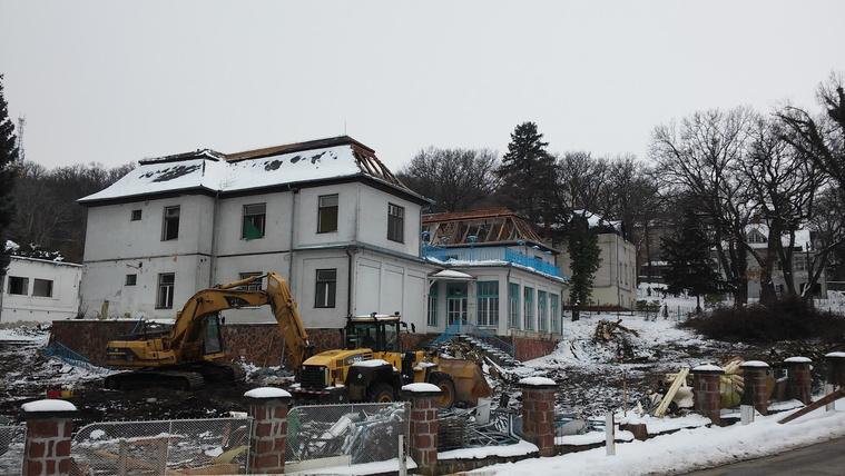 Elkezdték lerombolni a Balaton legszebb régi villanegyedét