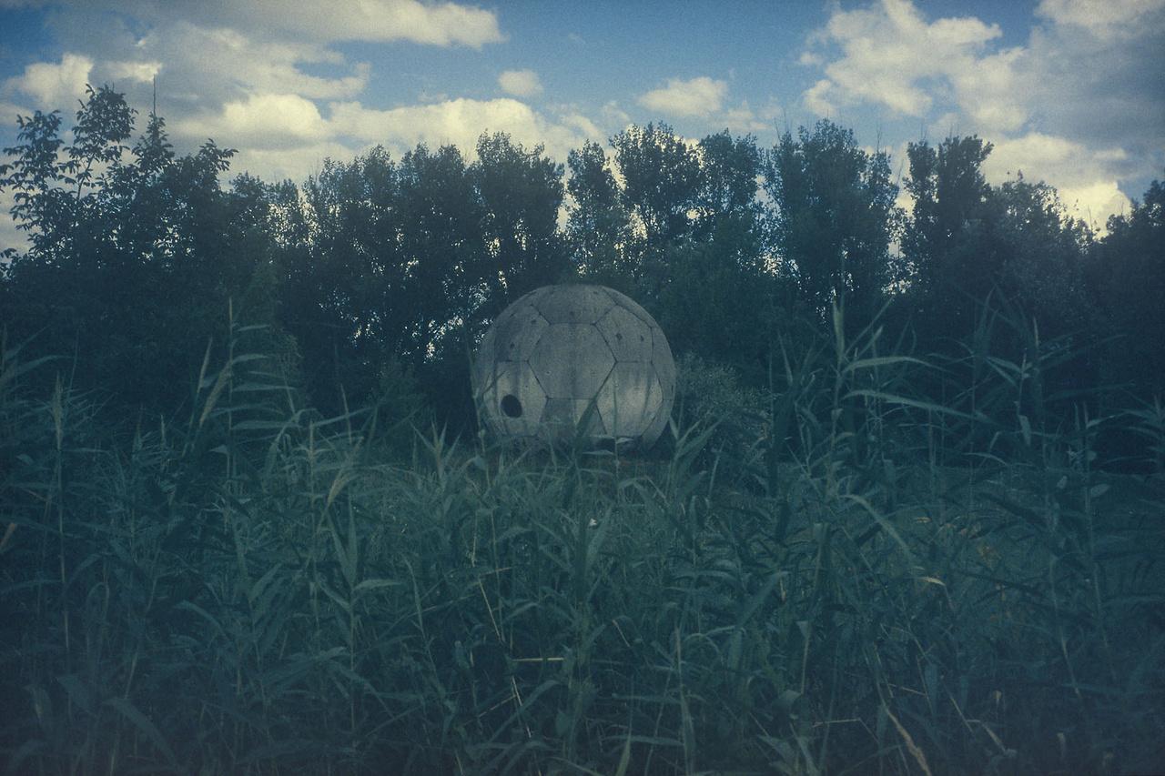 A képre kattintva Magócsi Márton: Az én házam az én váram című tavaszi tárlatának képeiből készített Nagyképünkre jut. A kiállítás megnyitójára született Dragomán Györgynek ez a novellája, amely nyomtatásban először a Hévíz folyóirat legfrissebb, 2018/3. számában jelent meg.