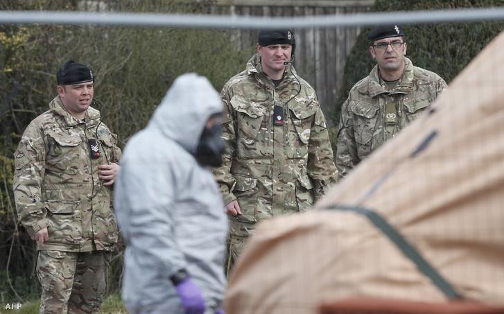 Brit katonák szállítanak el egy, a gyilkossági kísérlethez köthető járművet Salisbury városában 2018. március 14-én
