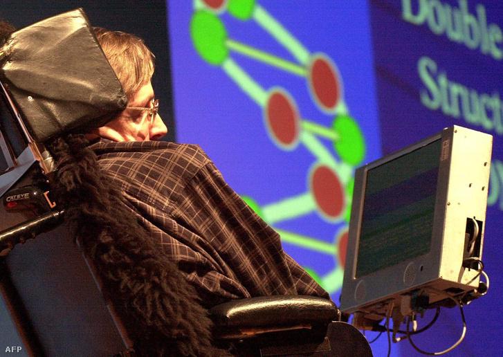 """Hawking Mumbai központjában tart előadást """"Tudomány a jövőben"""" címmel 2001. január 14-én"""