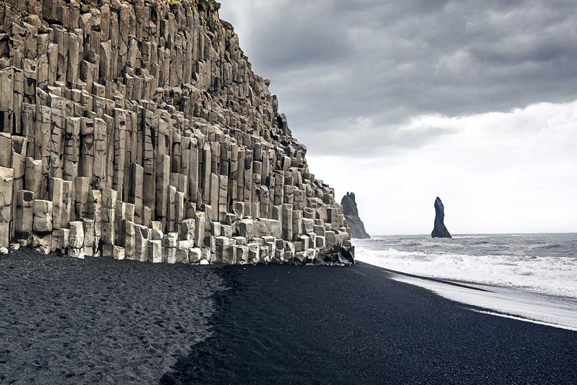 Az egyik legismertebb fekete homokos part az izlandi Vík, avagy a Reynisfjara. Az intenzív vulkáni tevékenység eredményeként létrejött part a strandoláshoz túl hideg, de bazaltorgonái, barlangjai és lávából szilárdult, látványos formái miatt abszolút turistakedvenc.