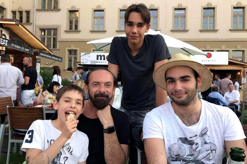 A kép tetején a 16 éves Dani, Zsidró Tamás jobbján a tízéves Martin, balján pedig a 21 éves Dominik.