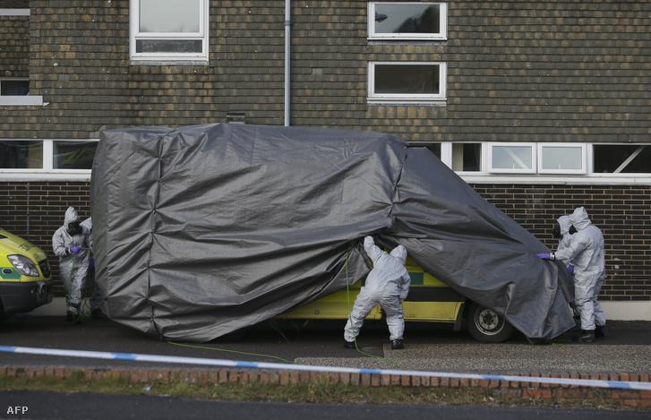Különleges védőöltözéket viselő angol helyszínelők takarnak le egy mentőautót, amivel Szergej Szkripal vagy a megmérgezett lánya érintkezhetett.