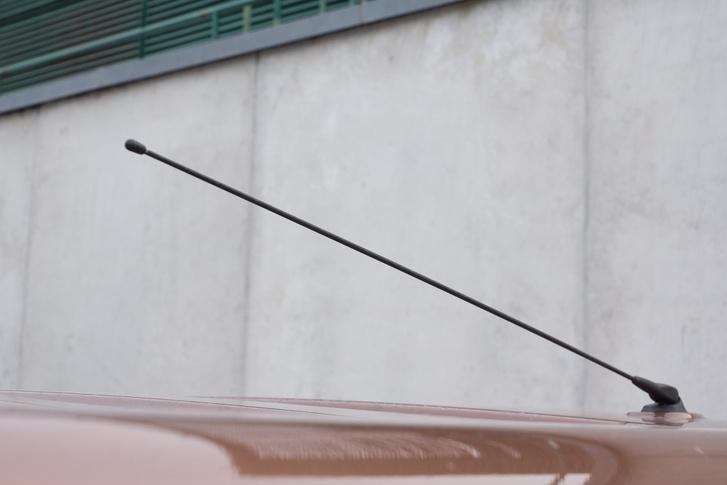 Még egy Trafic/Vivaro tesztautón se volt lehajtható antenna. Szerelgethettem is parkolóházba behajtás előtt.