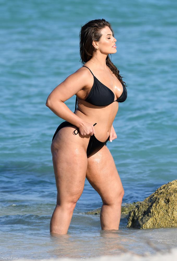 Ez pedig már egy másik hasonló fazonú bikini, de Graham itt sem engedte el a bugyirészt.