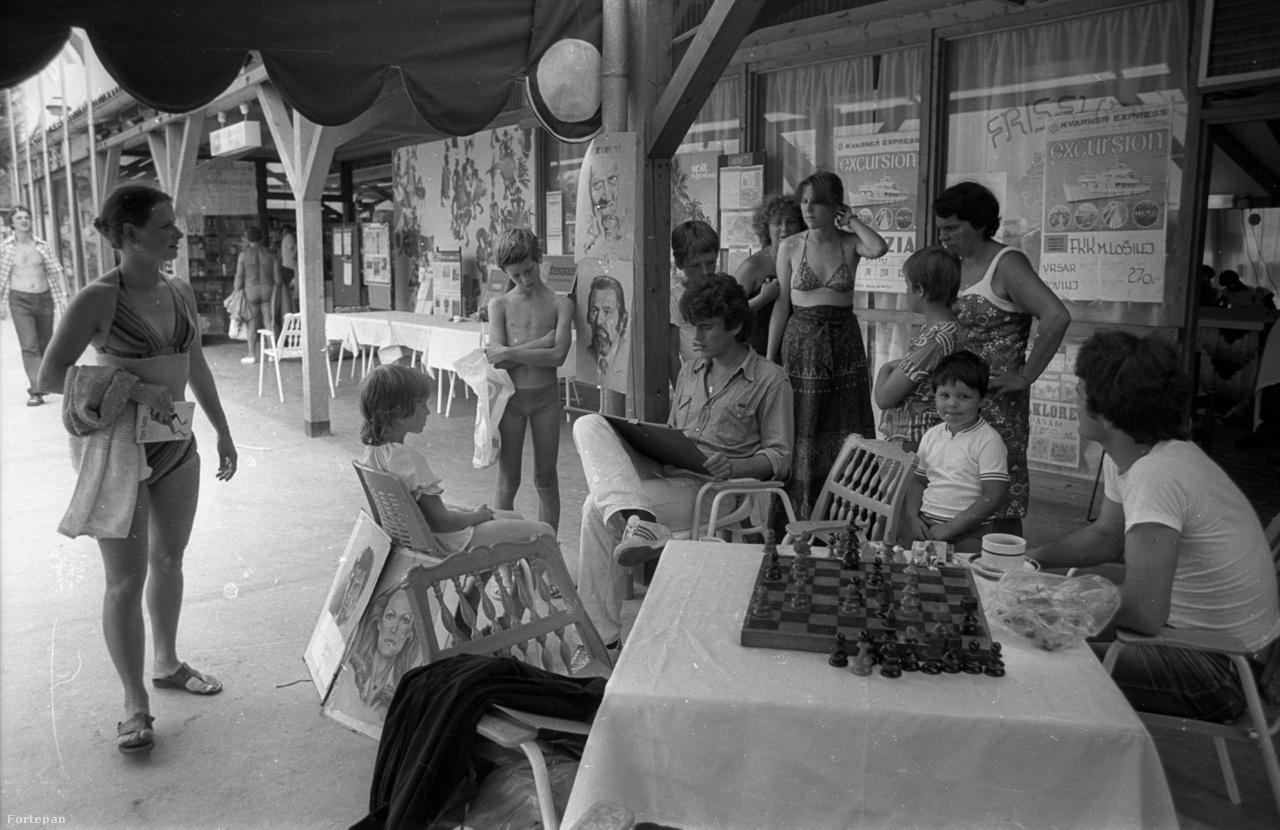 1972 és 1984 között kétféle magánútlevél is létezett: egy piros keletre, egy kék pedig nyugatra. A pirossal már akárhányszor ki lehetett utazni a szocialista országokba, és bár egy utazás legfeljebb harminc napig tarthatott, kiutazási engedély nem kellett hozzá. Azonnal kedvelt célponttá vált a jugoszláv tengerparton fekvő Rovinj.