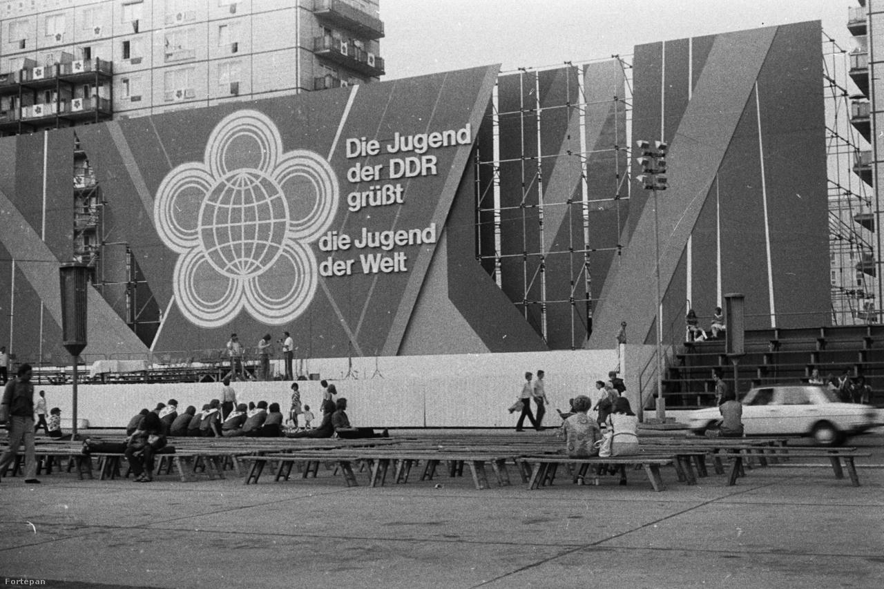 """A hetvenes évek elején a diákoknak kevés esélyük volt kijutni külföldre. Az iskolai jutalomutazások mellett óriási lehetőség volt, ha el tudtak látogatni a VIT-re. A Világifjúsági Találkozókat 1947-től kezdve rendezték meg. A szocialista tábor Woodstockjain több tízezer fiatal bulizott egyszerre, miközben harsányan elítélte az imperializmust. Mai példával élve kicsit olyan volt, mintha kereszteznénk a Sziget Fesztivált Tusnádfürdővel. 1973-ban Kelet-Berlin, az NDK fővárosa adott otthont a rendezvénynek. A résztvevők többségét, így a több mint száz fős magyar delegációt is kollégiumokban helyezték el. A találkozó jelmondata az """"Antiimperialista szolidaritásért, békéért és barátságért!"""" volt, ami olyan sikeresnek bizonyult, hogy 1997-ig meg sem változtatták."""