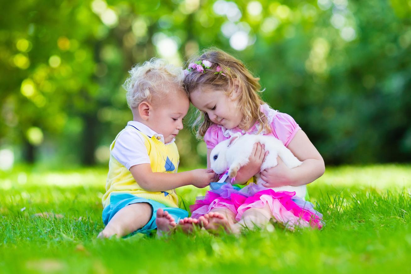 gyerekek-nyuszivel