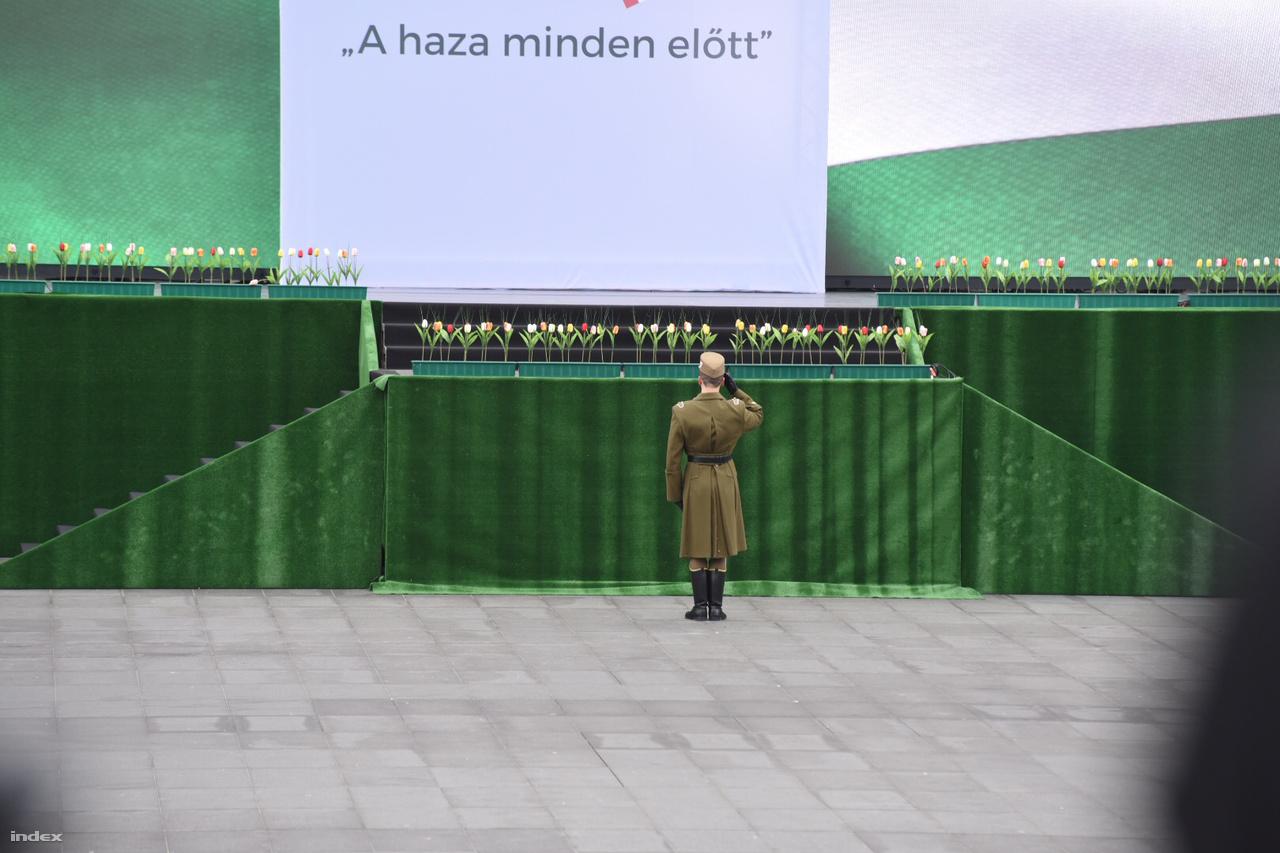 A zászlófelvonás előtti csend a Parlamentnél