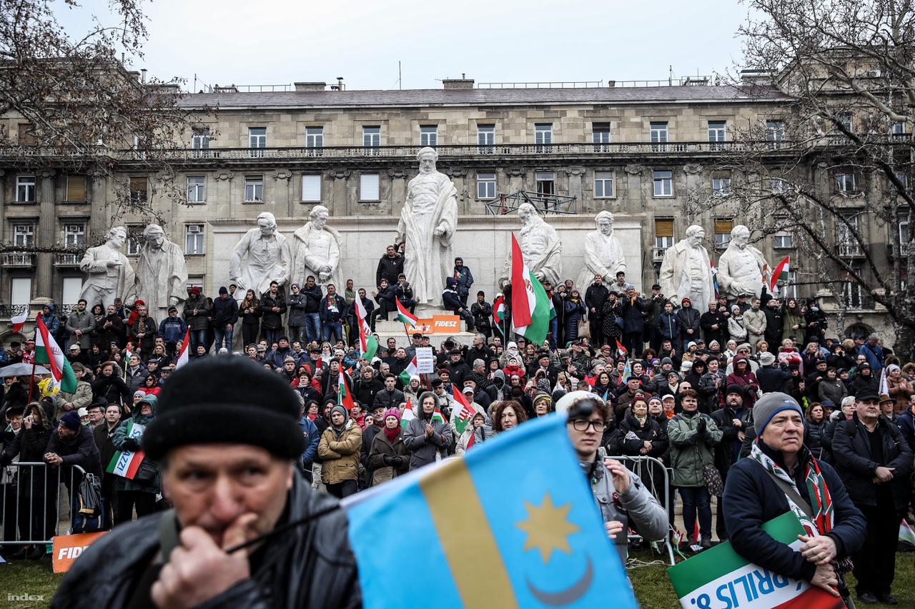 Orbán Viktor beszédére várnak a Kossuth téren.