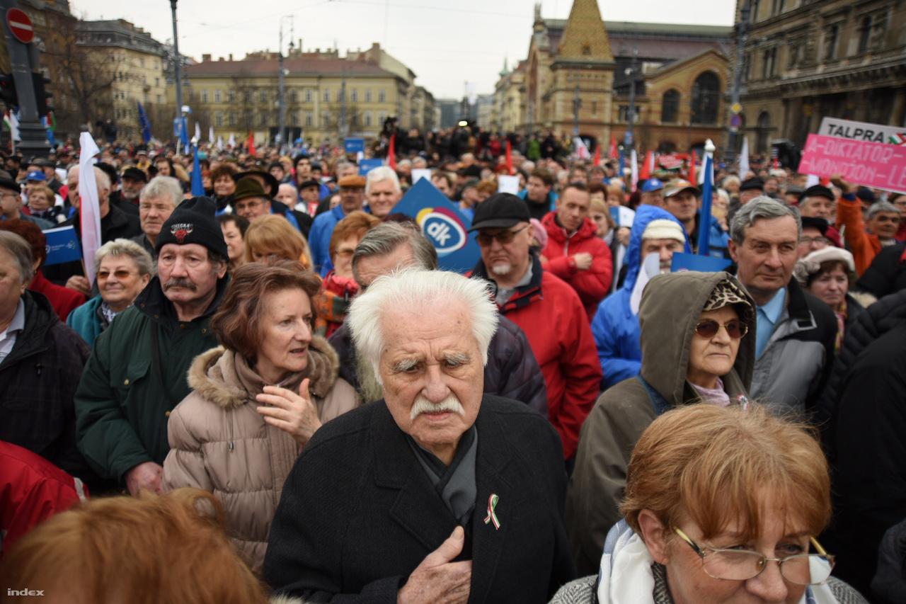 A Fővám téren közös rendezvényt tartott az MSZP-Párbeszéd, a Demokratikus Koalíció, az Együtt, a Magyar Liberális Párt, a Szolidaritás Mozgalom és Balázs Péter volt külügyminiszter V18 nevű kezdeményezése.