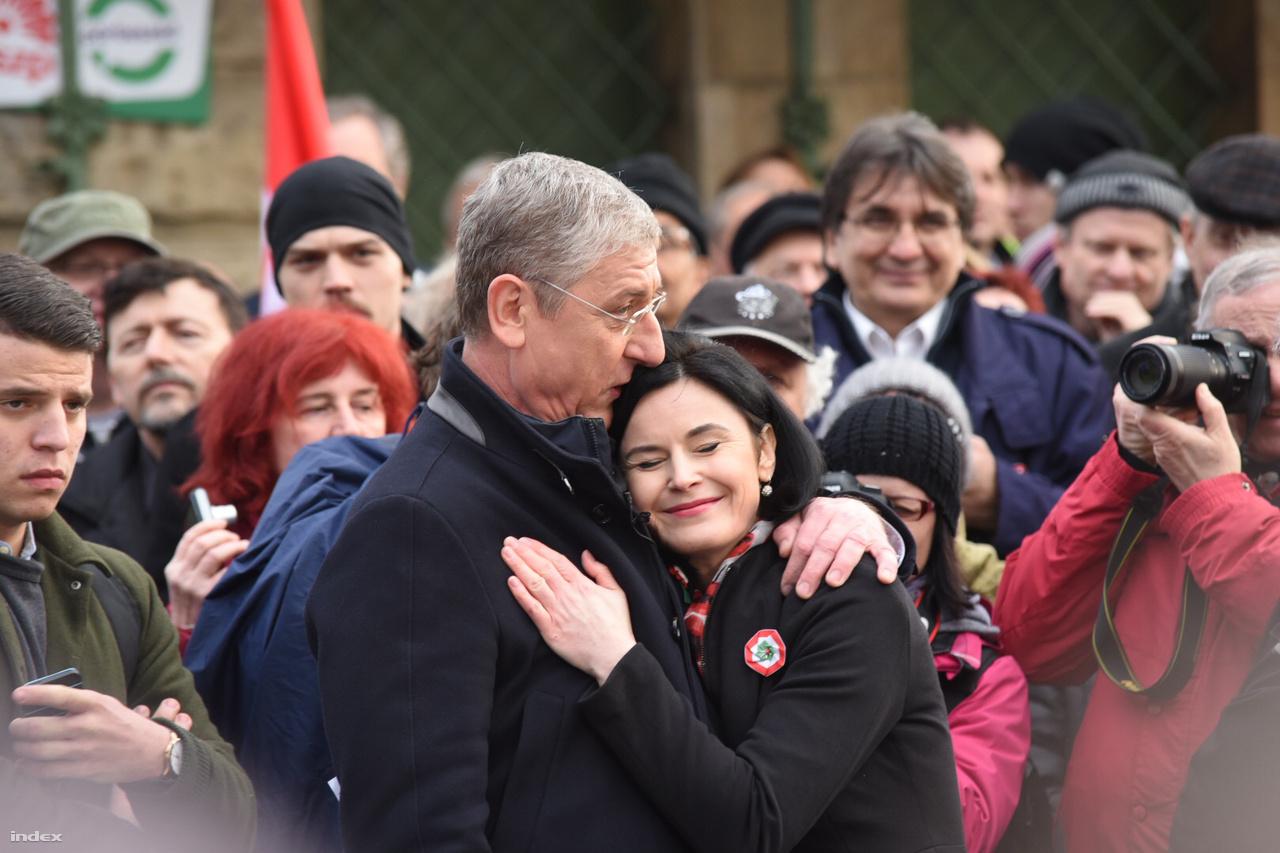 Gyurcsány Ferenc két konkrét bejelentést tett. A DK jelöltje visszalép az LMP-s Szél Bernadett javára, és az ellenzéki összefogás érdekében tárgyalásra hívta a Jobbikot. A Jobbik gyorsan visszaüzent: nem tárgyalnak Gyurcsánnyal.