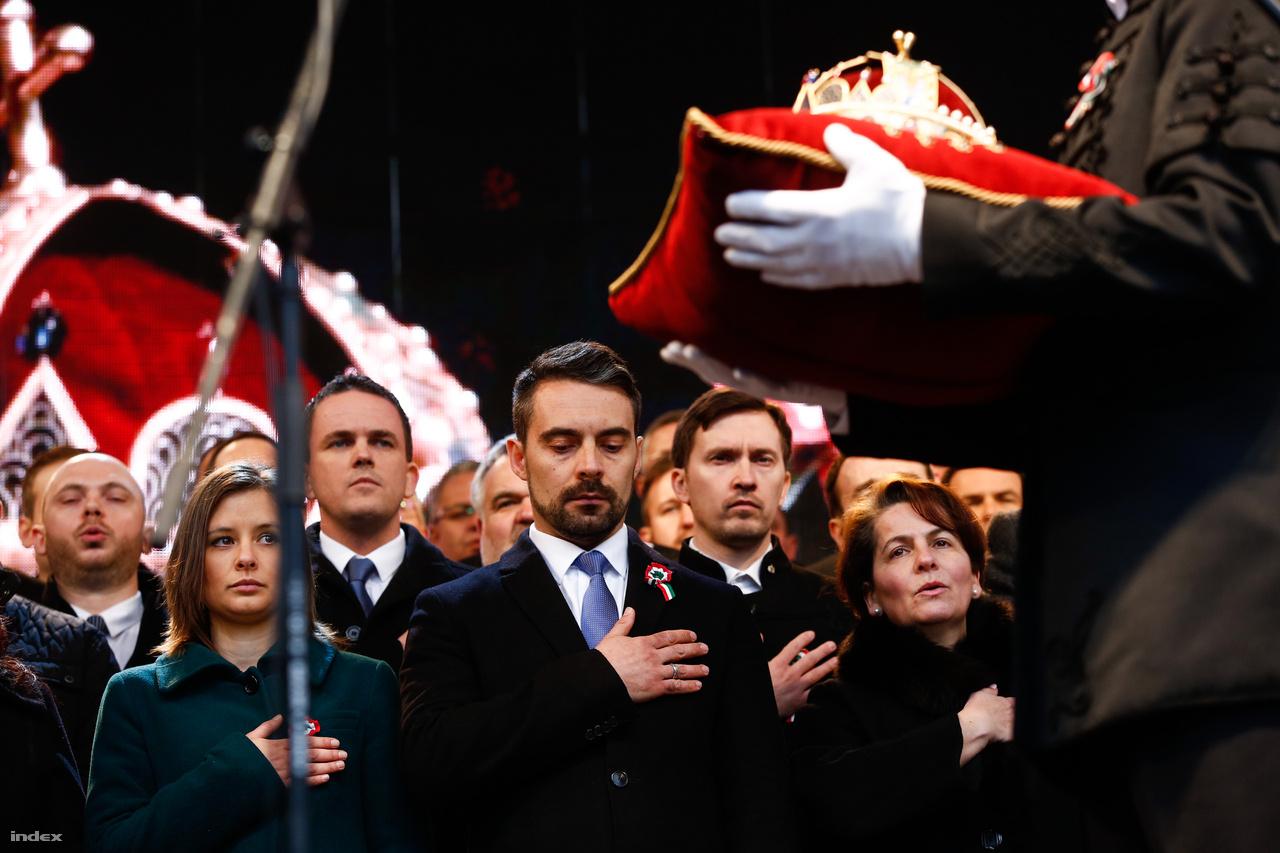 Vona Gábor, a Jobbik elnöke minden jobb- és baloldali embert hívott, hogy felépítsék a szabadság várát. A Jobbik képviselőjelöltjei esküt tettek a Szent Korona másolata előtt a Batthyányi örökmécsesnél.